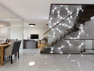 Doświetlony dom pod Piłą ,Polaka Nowoczesny korytarz, przedpokój i schody od EWEM Aranżacja wnętrz Edyta Wełnicka Nowoczesny