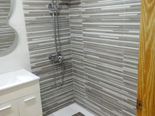 Obrisa Reformas y rehabilitaciones. Modern bathroom Tiles Grey