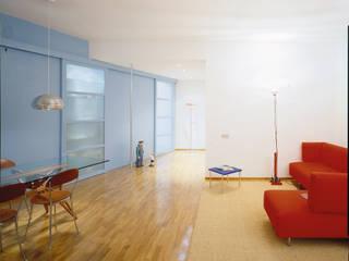 Sistemazione di un appartamento tradizionale per una giovane coppia: da banale ad originale;: Soggiorno in stile  di Scaglione Workshop architettura e design,