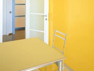 Sistemazione di un appartamento tradizionale per una giovane coppia: da banale ad originale;: Cucina in stile  di Scaglione Workshop architettura e design,