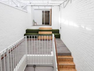 Corridor & hallway by entrearquitectosestudio