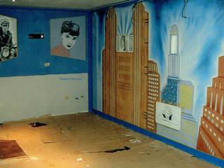 decorazione ex novo di saletta interrata adibita ad home theatre:  in stile  di Murales & Decorazioni per te,