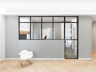 Salon minimaliste par PLUS ULTRA studio Minimaliste