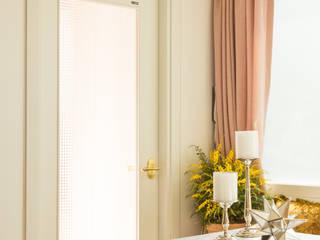 붙박이장을 활용한 한남동신혼집 거실 인테리어&스타일링 에클레틱 복도, 현관 & 계단 by 아트리어 에클레틱 (Eclectic)