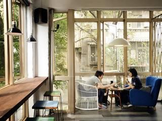老屋翻新 AGCT 公寓商業空間:  辦公空間與店舖 by 直方設計有限公司