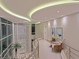 Casa Antúrio Corredores, halls e escadas modernos por Designer de Interiores e Paisagista Iara Kílaris Moderno