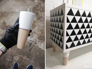 Szafka rtv z wzorem w trójkąty TRIXIE nóżki drewno bukowe (natural) + biały: styl , w kategorii  zaprojektowany przez Natti - meble z wzorem