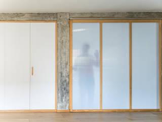Puertas de estilo minimalista de Eeestudio Minimalista