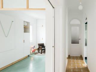 Pasillos, vestíbulos y escaleras minimalistas de Eeestudio Minimalista