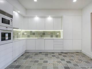 Apartamento com acabamentos de excelência: Cozinhas  por Lisbon Heritage