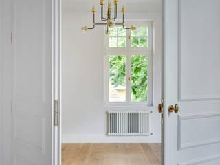 Urokliwy apartament w Sopockiej kamienicy Skandynawski salon od Pro-Plan-Foto Skandynawski