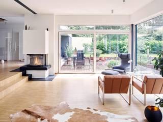 Moderne Villa:  Wohnzimmer von seyfarth stahlhut architekten bda Part GmbB,Modern