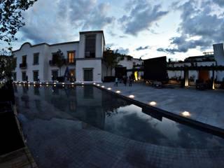 Live Aqua San Miguel de Allende: Pasillos y recibidores de estilo  por FM ARQUITECTOS