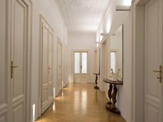 appartamento Milano zona Magenta con Claudia Ponti: Ingresso & Corridoio in stile  di Costa Zanibelli associati