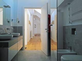 ISOLA_ Un elegante attico nel quartiere di Albaro Bagno moderno di Giulia Grillo Architetto Moderno