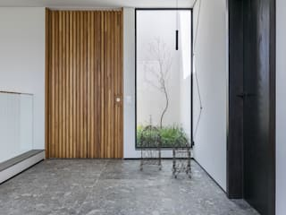 Casa Vale dos Cristais: Corredores e halls de entrada  por Ivan Araújo Fotografia de Arquitetura,Minimalista