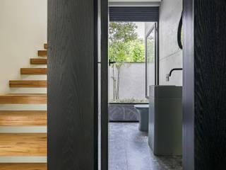 Casa Vale dos Cristais: Banheiros  por Ivan Araújo Fotografia de Arquitetura,Minimalista
