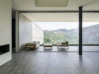 Casa Vale dos Cristais: Varandas  por Ivan Araújo Fotografia de Arquitetura,Minimalista