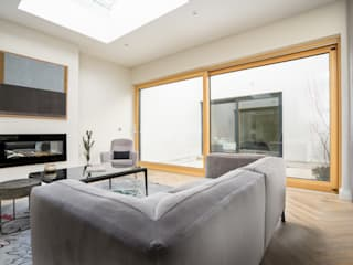 Luxury Contemporary Development Project モダンデザインの リビング の Marvin Windows and Doors UK モダン