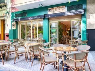 Bravo, un soplo de aire fresco en el corazón de Triana: Locales gastronómicos de estilo  de MisterWils - Importadores de Mobiliario y departamento de Proyectos., Moderno