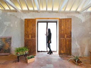 Reforma integral poniendo en valor elementos antiguos de OOIIO Arquitectura Rústico Madera Acabado en madera