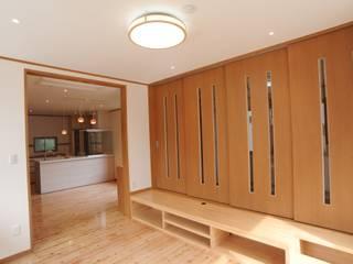 N邸 モダンデザインの リビング の 秋山建築設計事務所 モダン