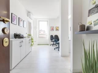 Minimalist corridor, hallway & stairs by Le Case di Erica | Interior&HomeStaging Minimalist