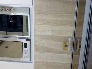 Cocina Apartamento Bavaria de CAMALEON DISEÑOS Minimalista