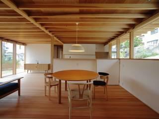 SR-house/傾斜地に開く家 モダンデザインの リビング の 長谷守保 建築計画 モダン