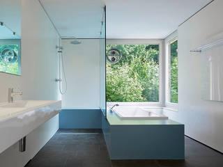 Casas de banho modernas por Ave Merki Architekten Moderno Pedra