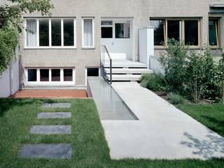 Reihenhaus Hirzbrunnen Basel Moderner Balkon, Veranda & Terrasse von Ave Merki Architekten Modern