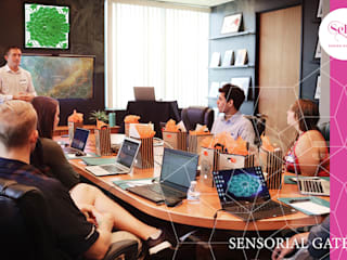 Sensorial Gate - Lampada Mandala Cromoterapica: Sala multimediale in stile  di SeFa Design by nature