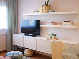 Quando uma sala se transforma em sala e quarto : Salas de estar  por Tangerinas e Pêssegos - Design de Interiores & Decoração no Porto,Escandinavo