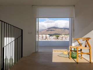 Alejandro Giménez Architects의  베란다,