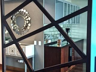 DEPARTAMENTO CON COLOR Y TEXTURAS: Pasillos y vestíbulos de estilo  por Actio arquitectos,