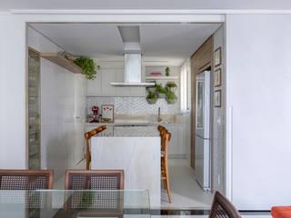 Cozinha sofisticada com integração total por MIS Arquitetura e Interiores Minimalista