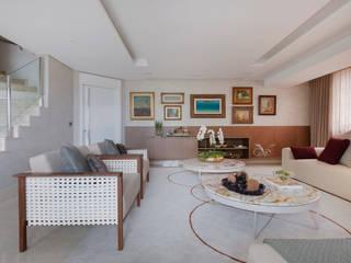 Sala de estar com estilo Salas de estar clássicas por MIS Arquitetura e Interiores Clássico