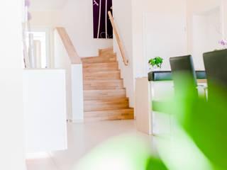 Modernes Esszimmer mit Lederbank und Holztisch ausziehbar:  Treppe von T-raumKONZEPT - Interior Design im Raum Nürnberg,Modern