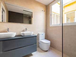 Reformas integral de piso - Calle Calatrava Baños de estilo moderno de LCC, Licitaciones y Contrataciones de Construcción Moderno