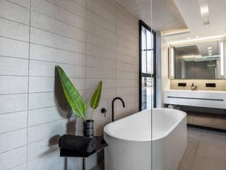 Minimalist bathroom by GSQUARED architects Minimalist