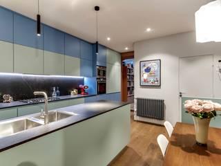 RÉNOVATION, DESIGN ET DÉCORATION D'UN APPARTEMENT « ESPRIT LOFT » PRÈS DU CHAMP DE MARS, PARIS 7ÈME.: Cuisine intégrée de style  par Alessandra Pisi / Pisi Design Architectes, Moderne