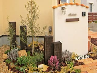 木やレンガを組み合わせた門柱ー南欧風のエクステリア(外構) の 匠ガーデン 地中海