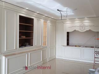 IMMAHOMe: Cucina attrezzata in stile  di stile interni srl, Classico