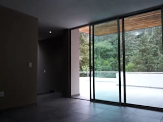 Acabados de interiores y exteriores en casa en Prados del Campestre,: Ventanas de PVC de estilo  por SPACIOVIVO