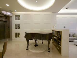 Salas de estar modernas por 雅群空間設計 Moderno
