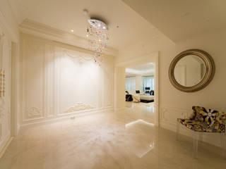 Couloir et hall d'entrée de style  par 雅群空間設計, Classique