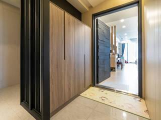 建商在屋外做了T型隔板,設計師將其打造了防潮櫃放置雨具和鞋櫃:  房子 by 藏私系統傢俱