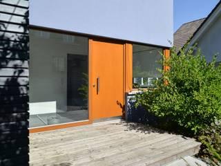 Wohnhaus aus Massivholz am Hang mit Praxis Moderne Häuser von Herrmann Massivholzhaus GmbH Modern