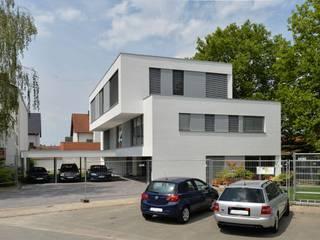 Mehrfamilienhaus aus Massivholz mit Büros von Herrmann Massivholzhaus GmbH Modern