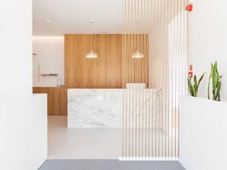 Qiarq . arquitectura+design Clínicas de estilo minimalista Piedra Blanco